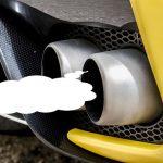 車のマフラーから白煙が出る原因は?臭いがある場合の対処法