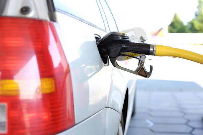 車 ガソリン 臭い 車からガソリン臭いニオイがする!外からする場合の原因について